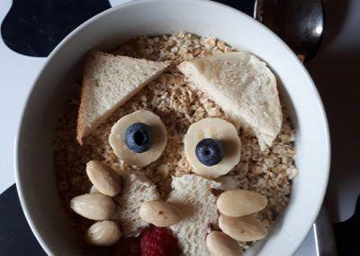 Porridge oder Müsli mit Tiergesichtern